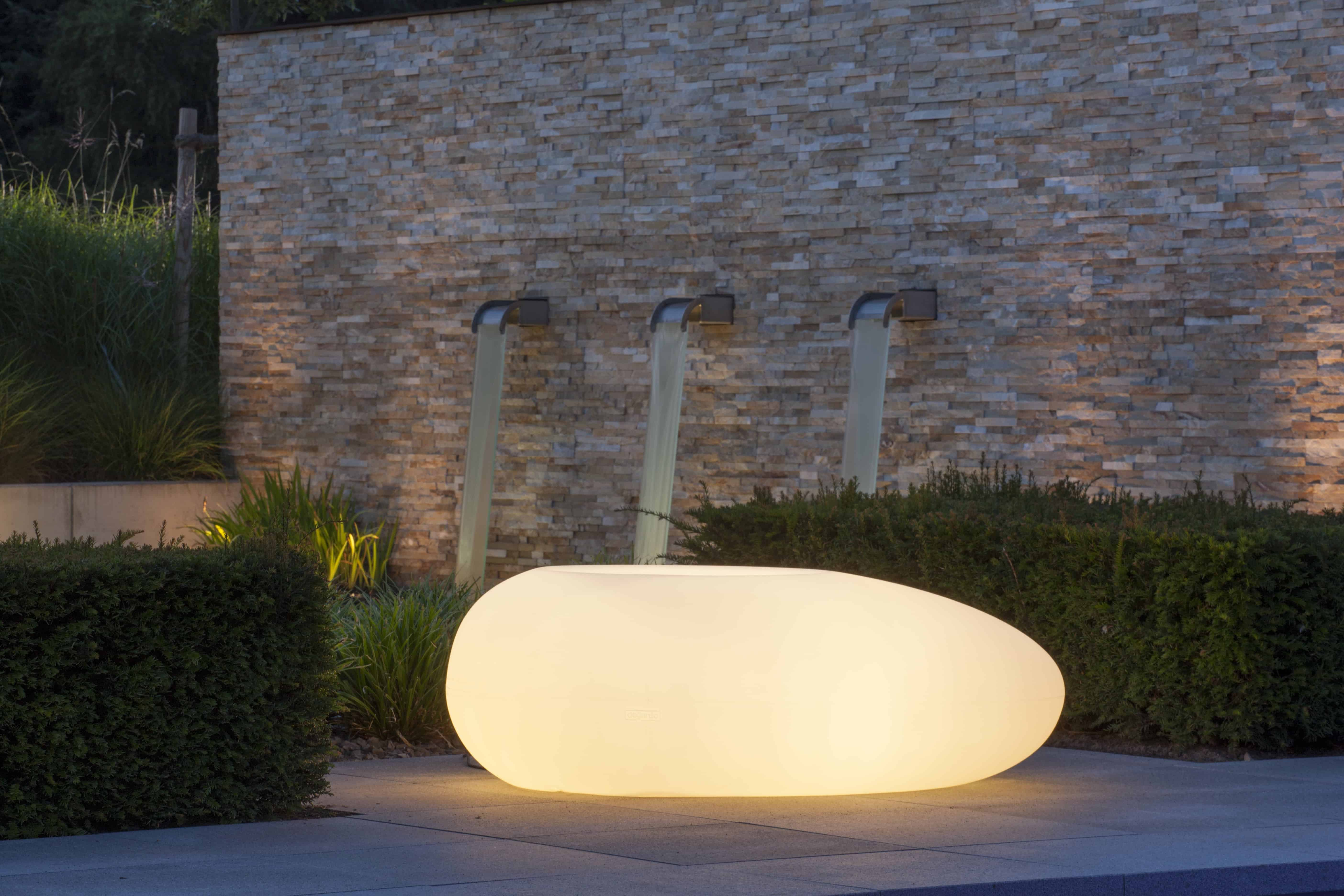 Rivierkei met LED-verlichting in tuininrichting