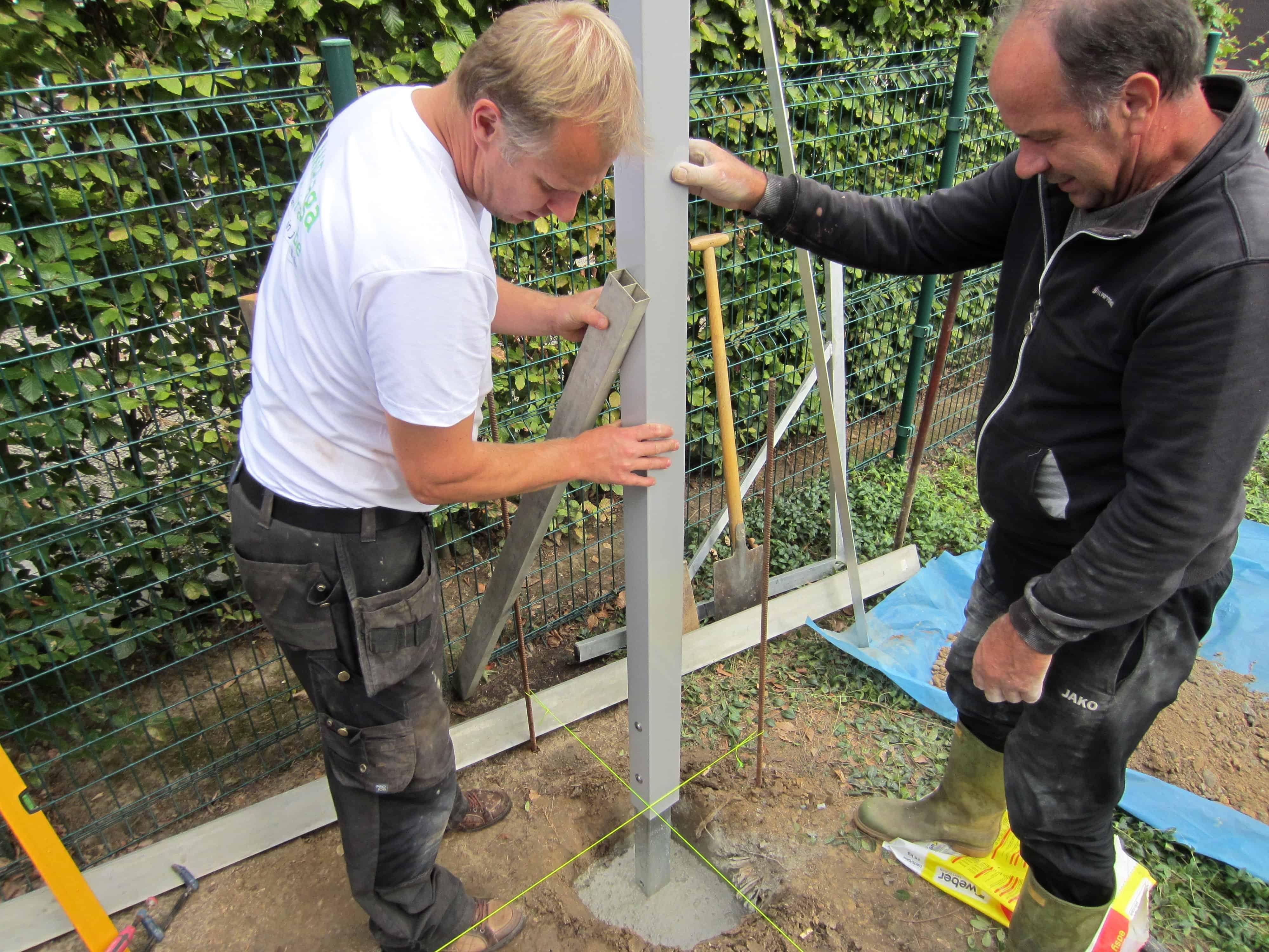 Paal tuinscherm loodrecht vastzetten