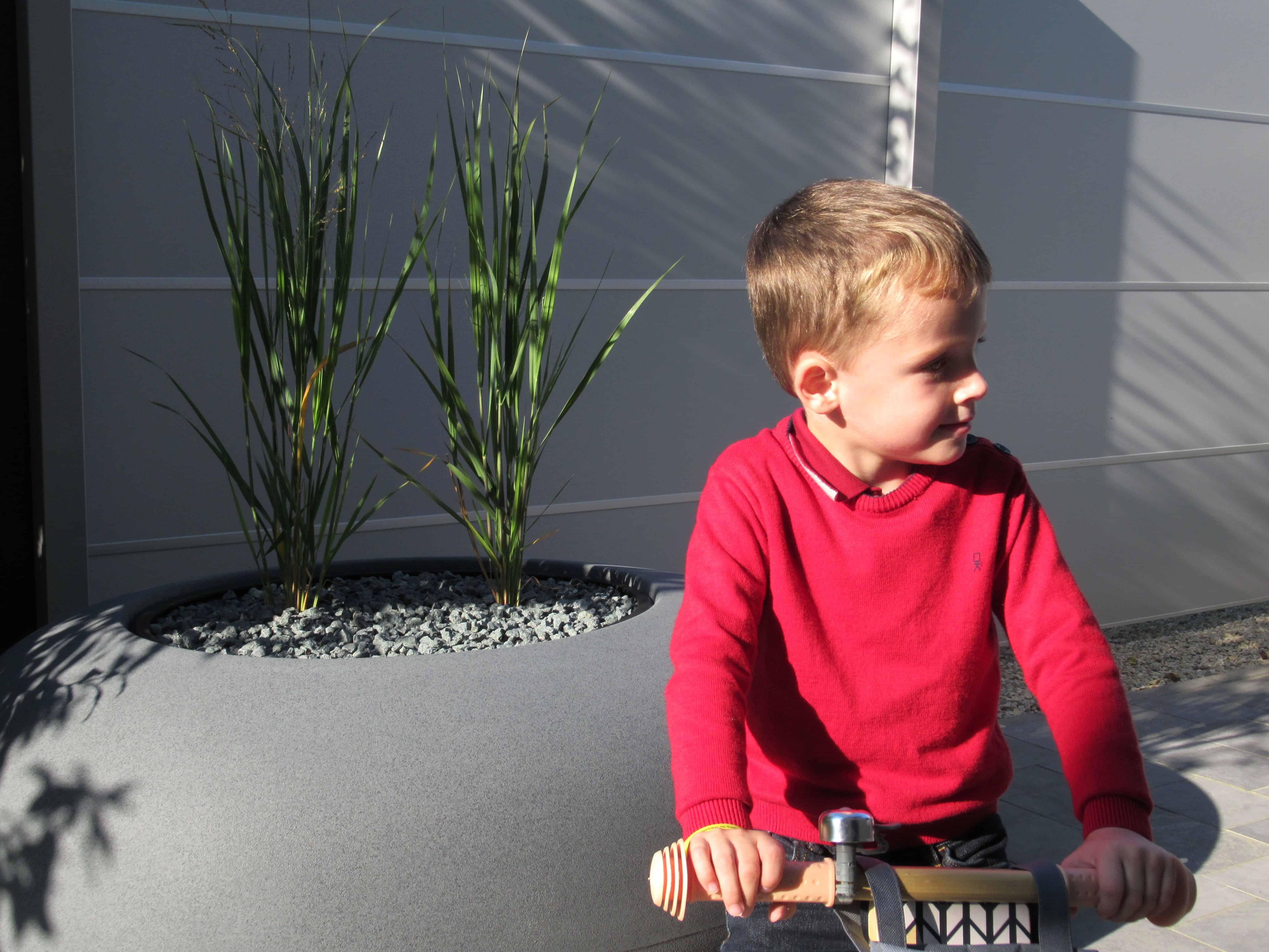 Bloempot op zijterras met kindje