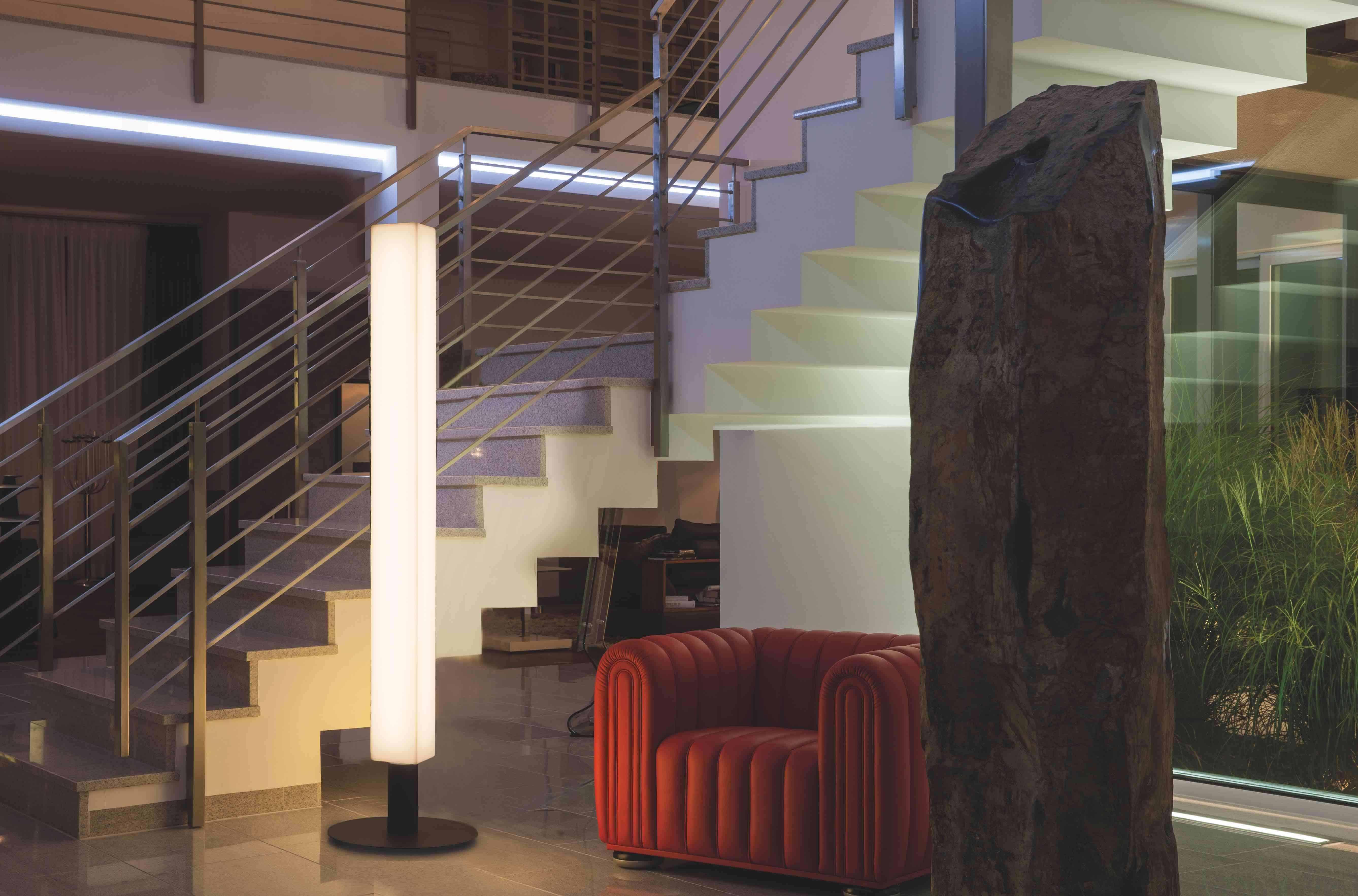 Lunocs Cube LED-verlichting met antraciet voetstuk in de  traphal