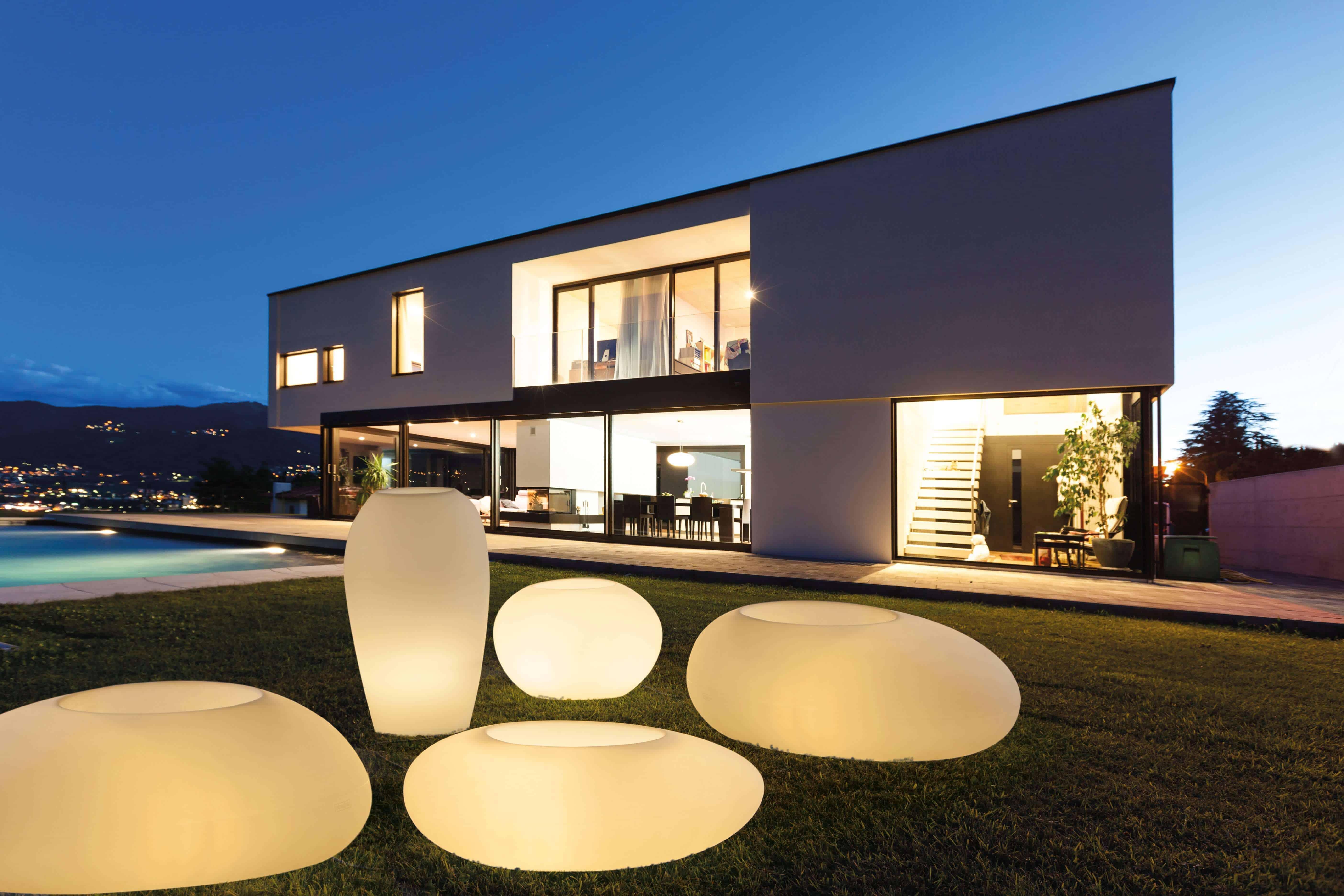 De vormgeving van de verlichte bloembakken past perfect bij de strakke vormgeving van de woning