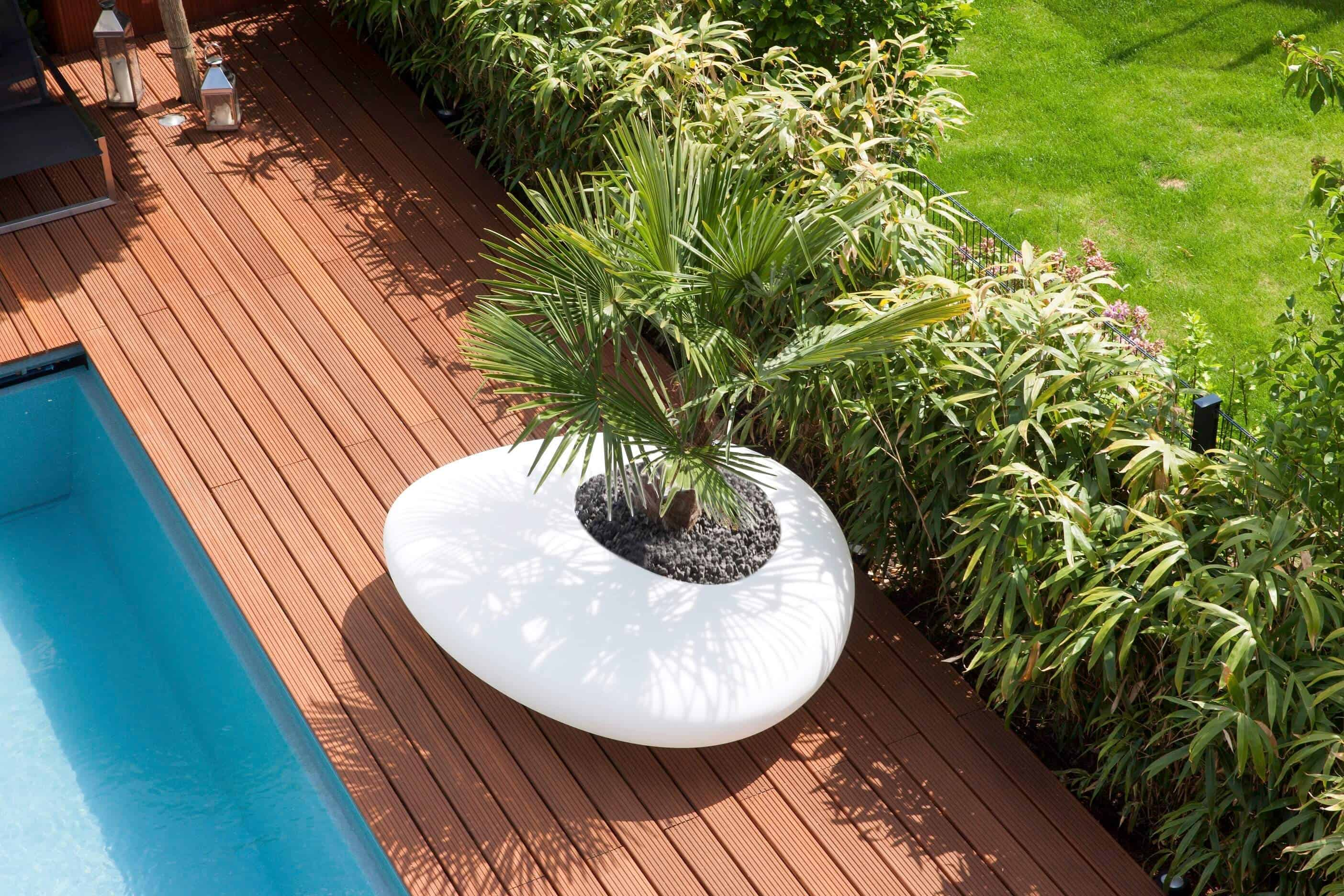 Grote bloembak is eveneens zitbank en verzorgt de privacy éénmaal de planten volgroeid zijn