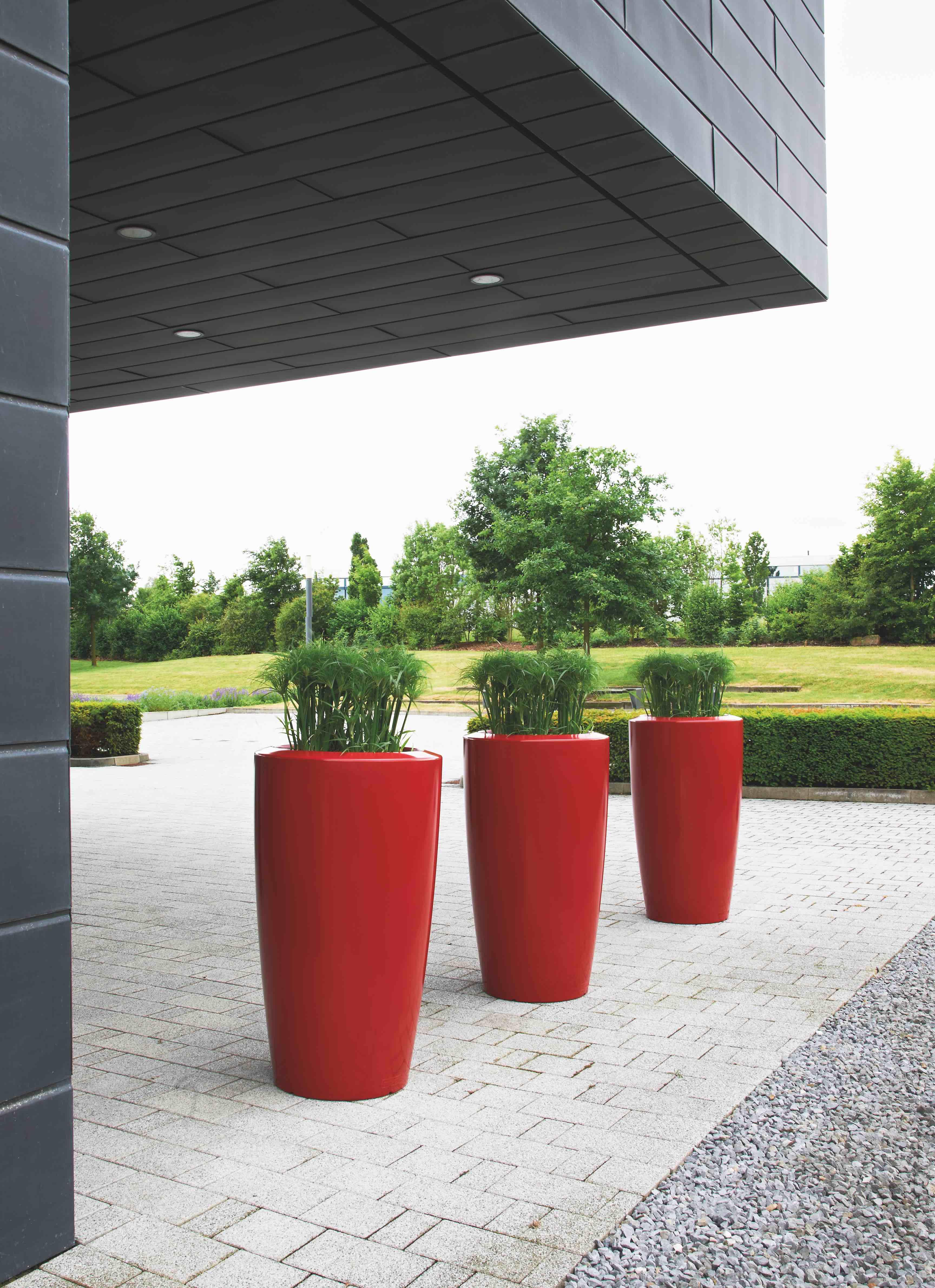 Rovio III Robijnrood. 3 bloembakken op rij leggen een accentkleur bij een strakke woning
