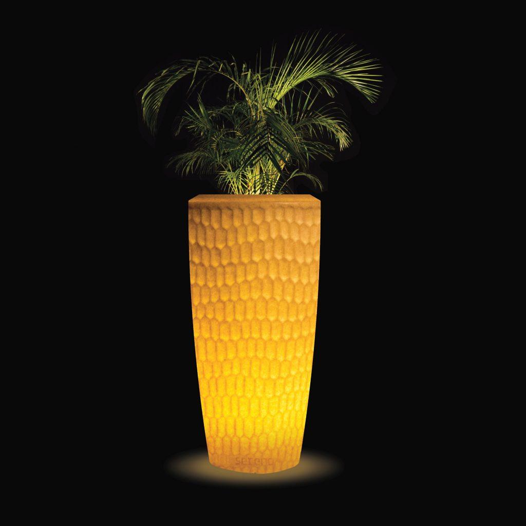 Sereno bloembak in granietbruin met LED-verlichting aan bij nacht