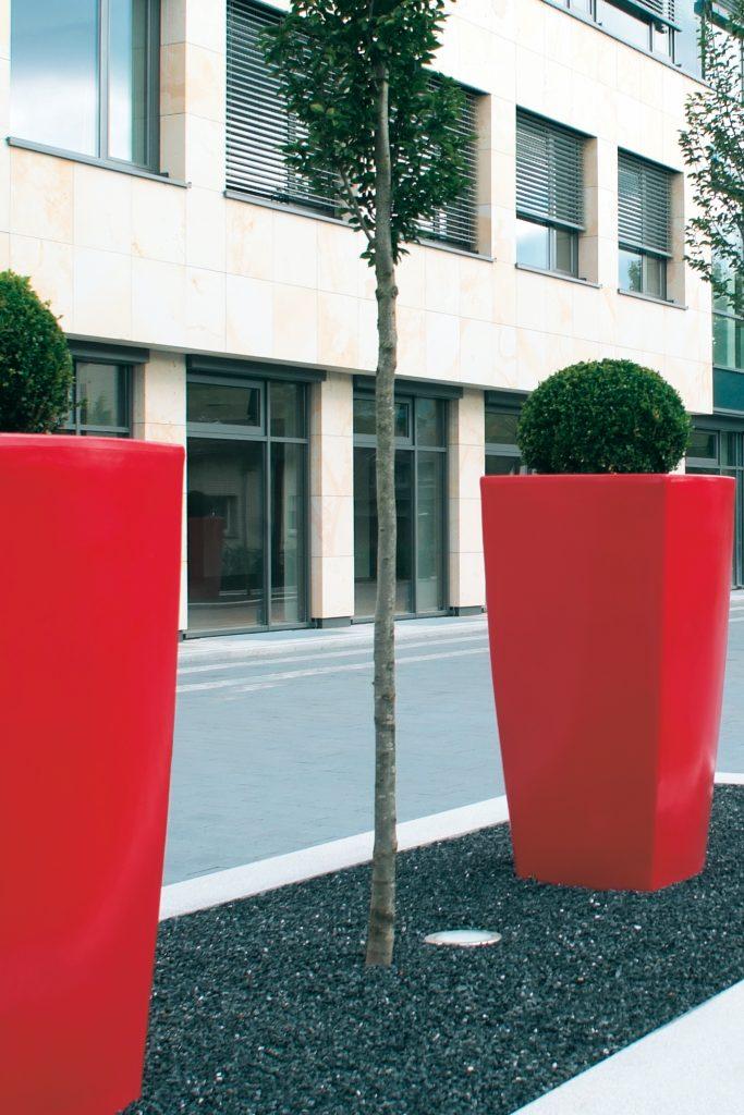 Rode Trevia bloembak in publieke ruimte