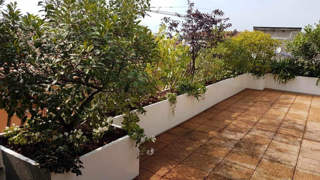 Modulair opgebouwde bloembakken bakenen de privacy van het terras af