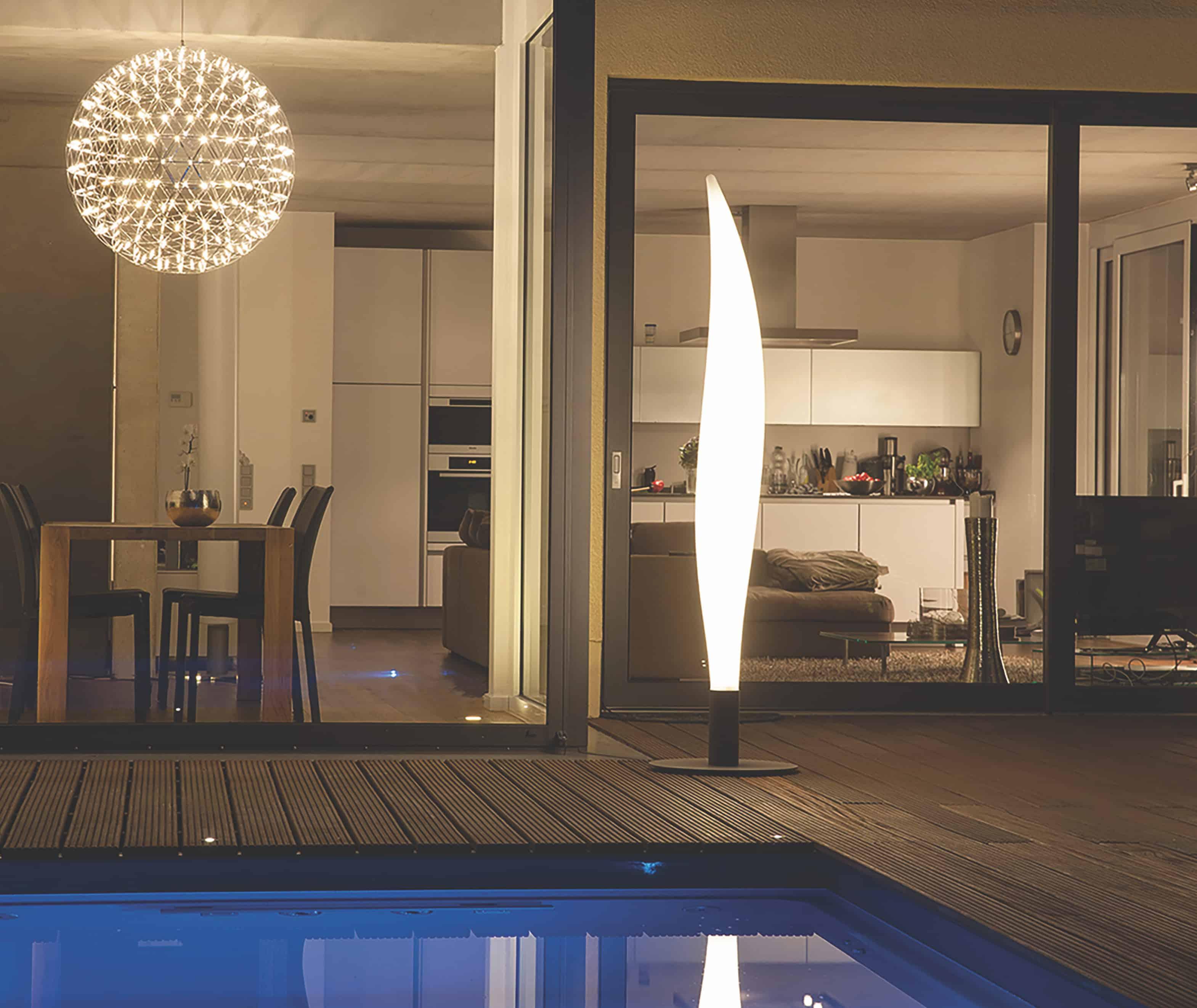 Designobject en verlichting op het terras