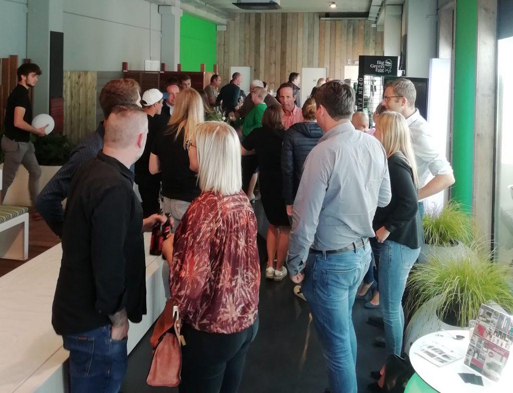 Bezoekers in showroom All Green