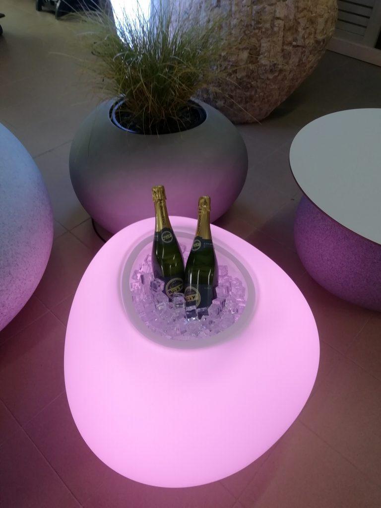 Hou de champagne koud in deze lichtgevende rivierkei