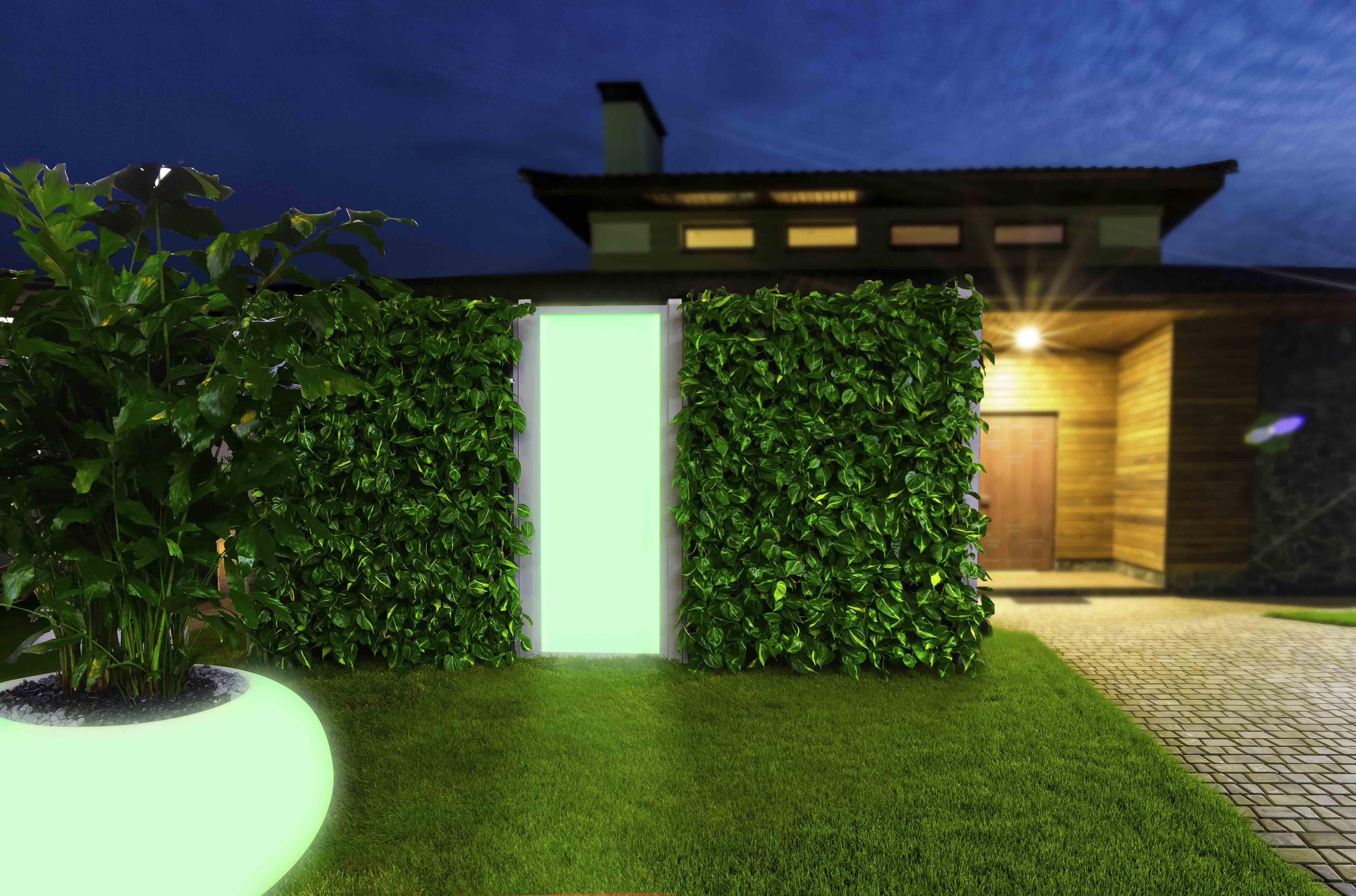 MiBaveno Living Fence verticale groenwand met geïntegreerd LED-paneel in tuinwand.
