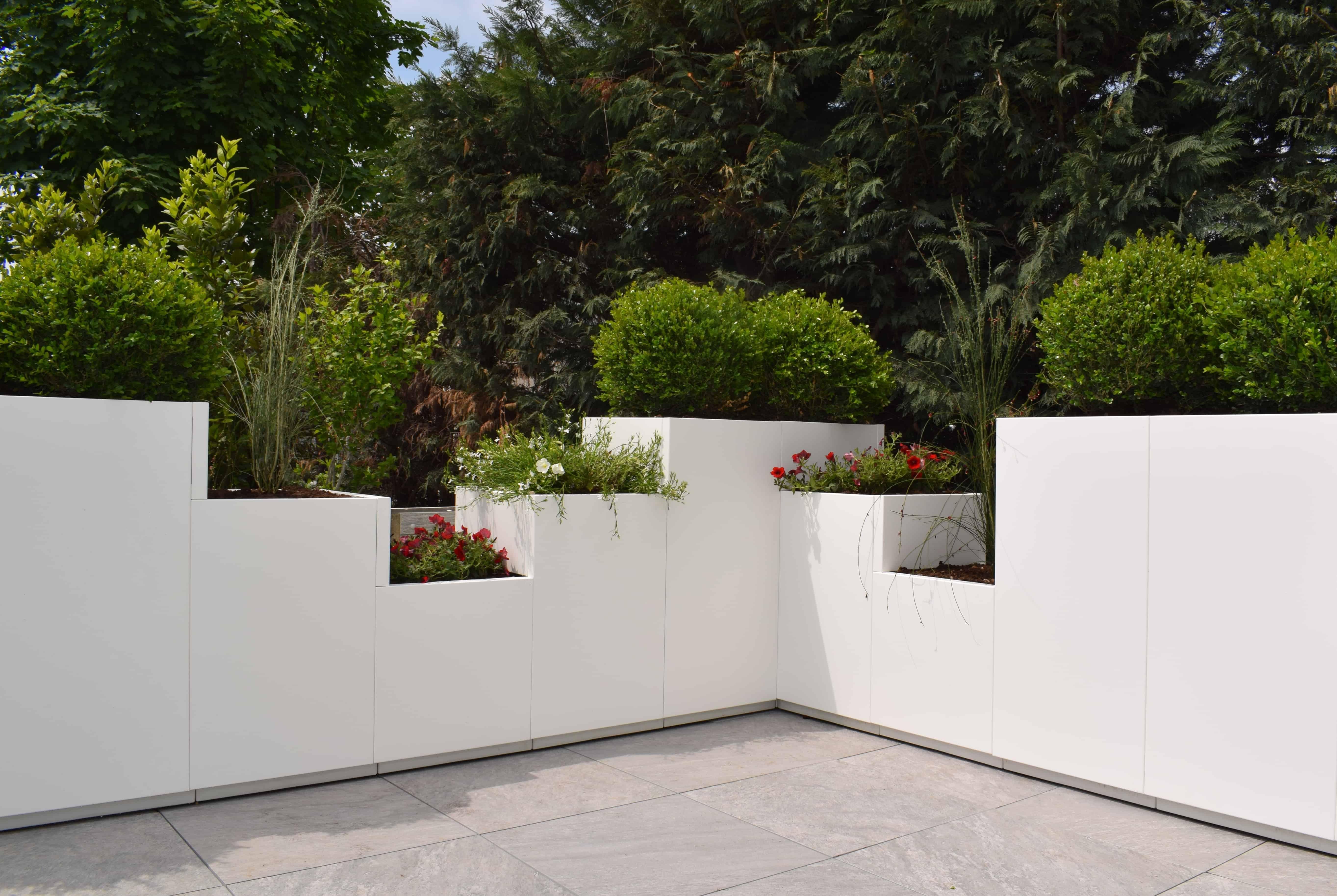Lijn modulair op te bouwen bloembakken zet ons uit de wind en garandeert privacy en gezelligheid
