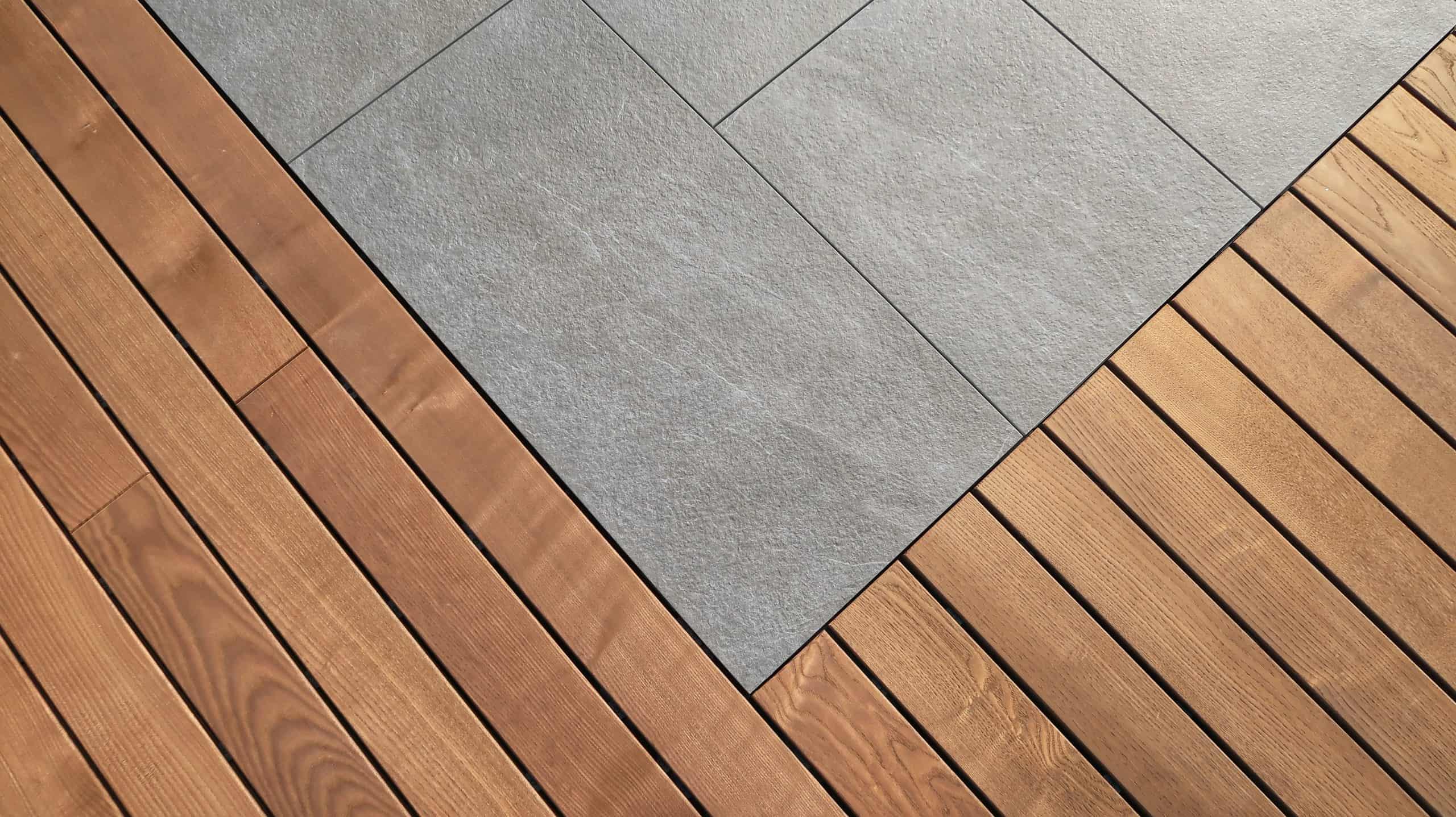 Terras of dakterras mooi opgebouwd met tegels en thermowood