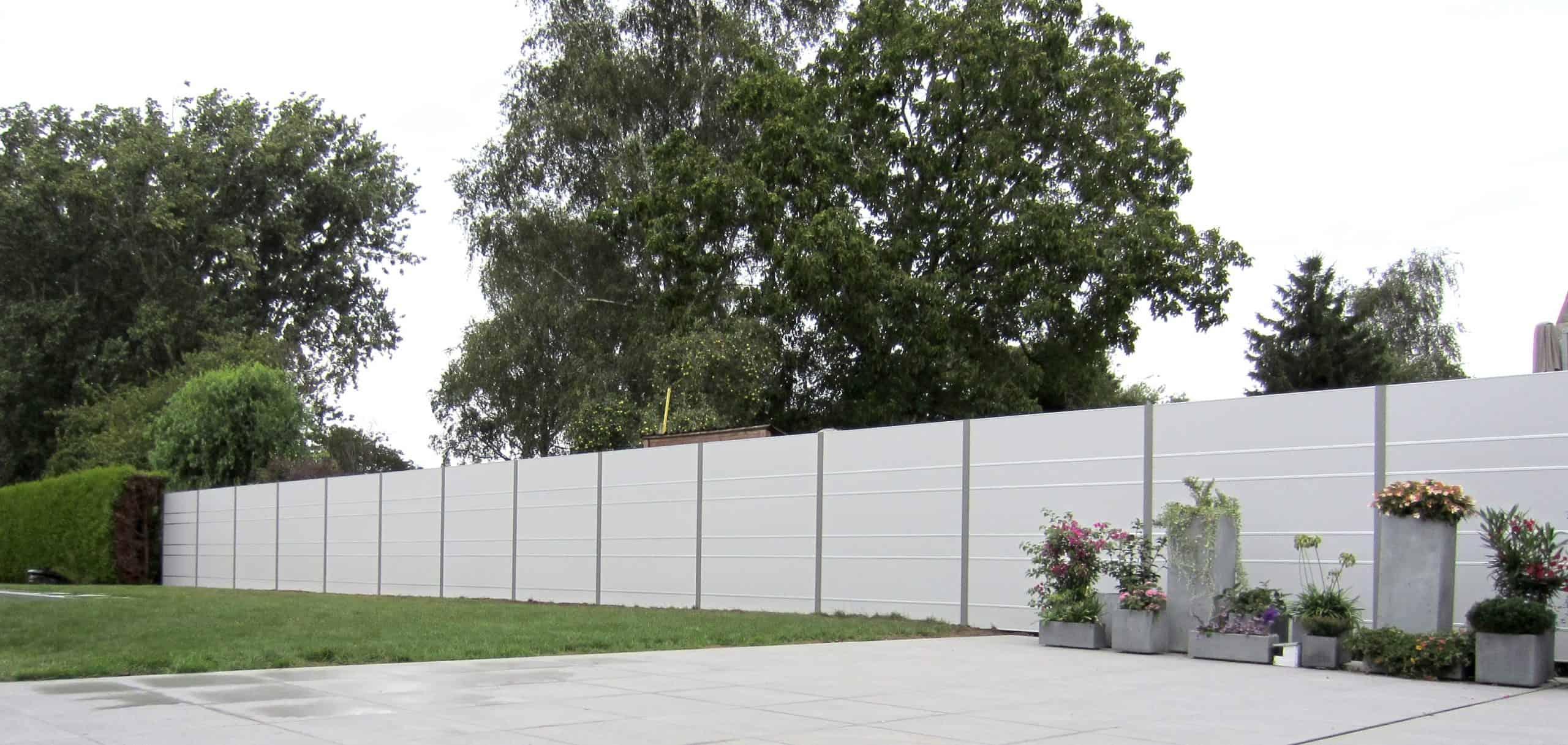 Modern tuinscherm ter afsluiting tuin.