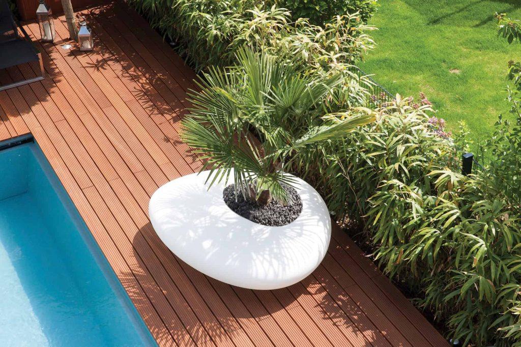 Rivierkei als designobject, zitbank en bloembak rond het zwembad