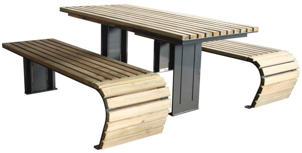 Tuinmeubilair, tafel en zitbanken met een unieke afronding.