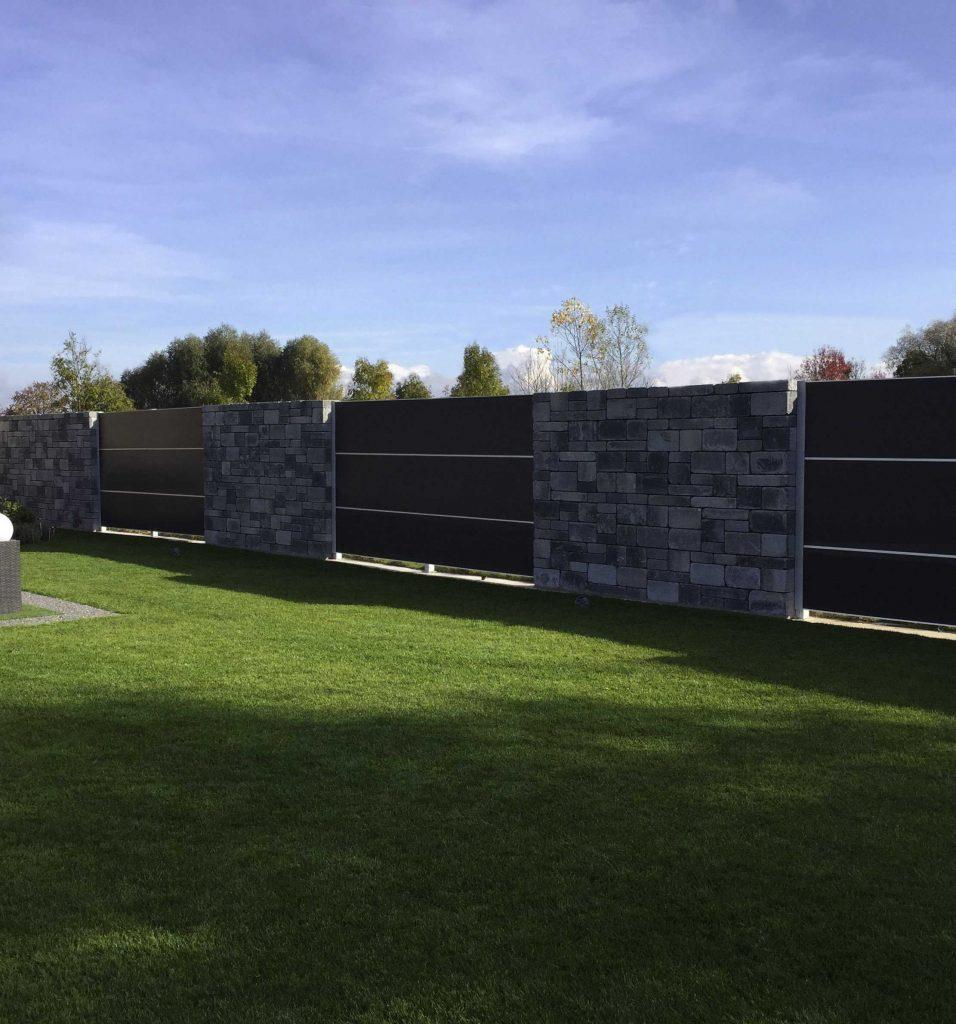 Scheidingswand achteraan in de tuin, grote spanwijdte zorgt voor uitstraling en geeft woning een meerwaarde