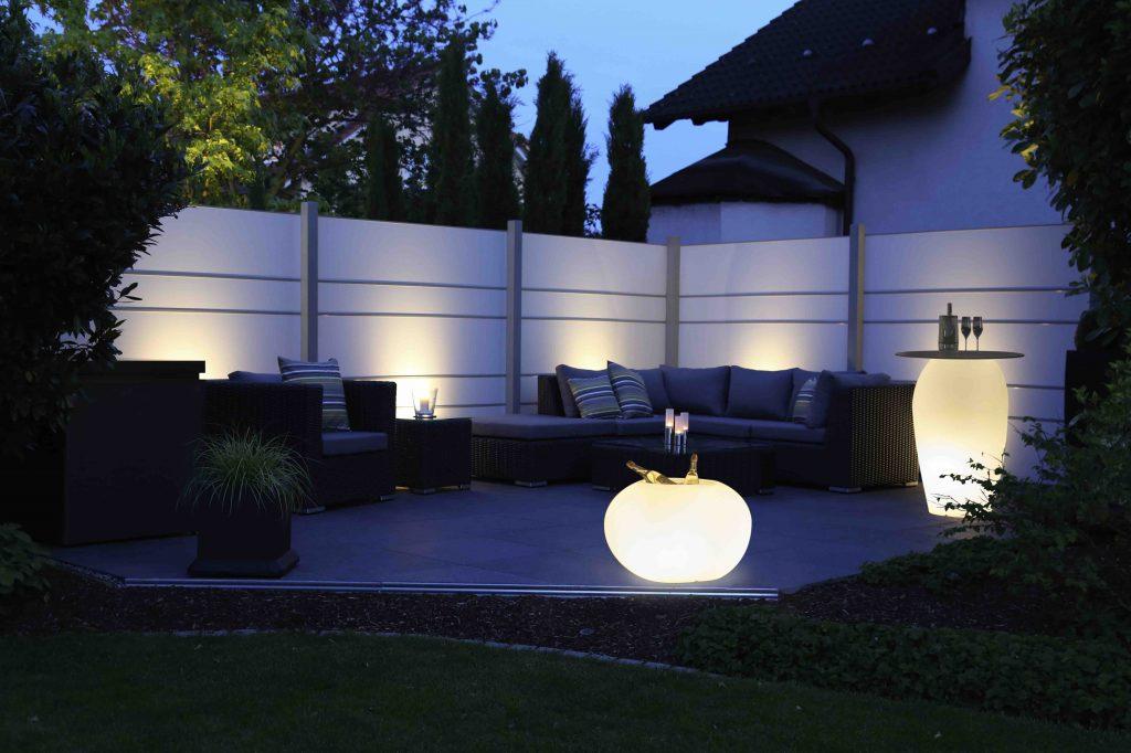 Tuinwand creëert gezellige zithoek met de juiste verlichtingsobjecten
